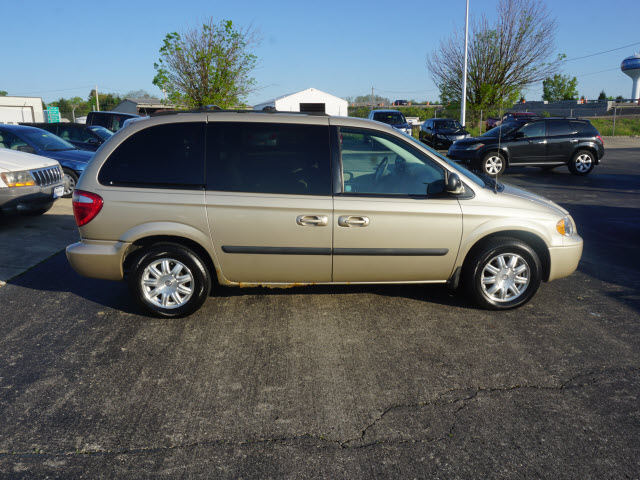 Pre-Owned 2006 Chrysler Town & Country Base